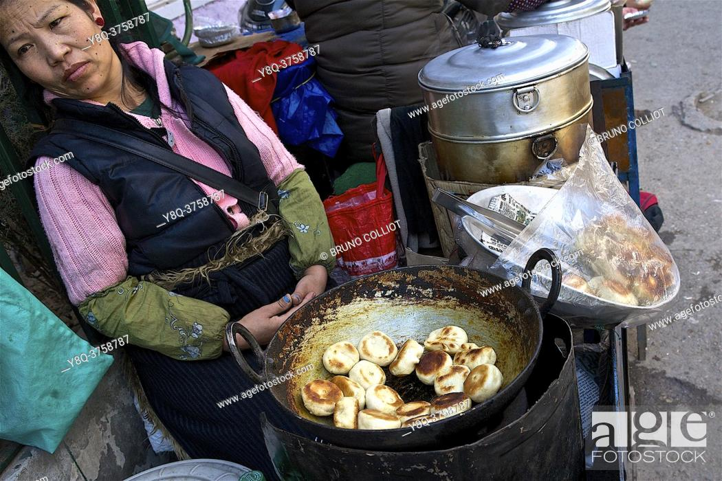 Stock Photo: Tibetan cook in the streets of Mac Léod Ganj selling the famous Momos, HP, India.