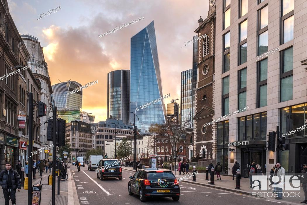 Imagen: England, London, Aldgate high Street with view of the Financial Centre The city of London.