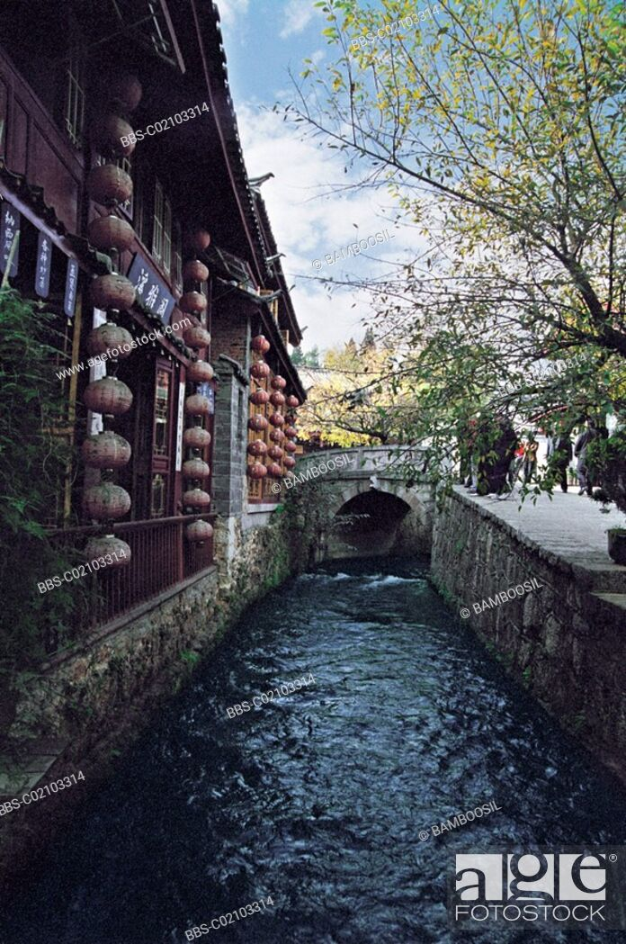 Imagen: Stream by houses, Historic building of old Lijiang city, Lijiang City, Yunnan Province of People's Republic of China.