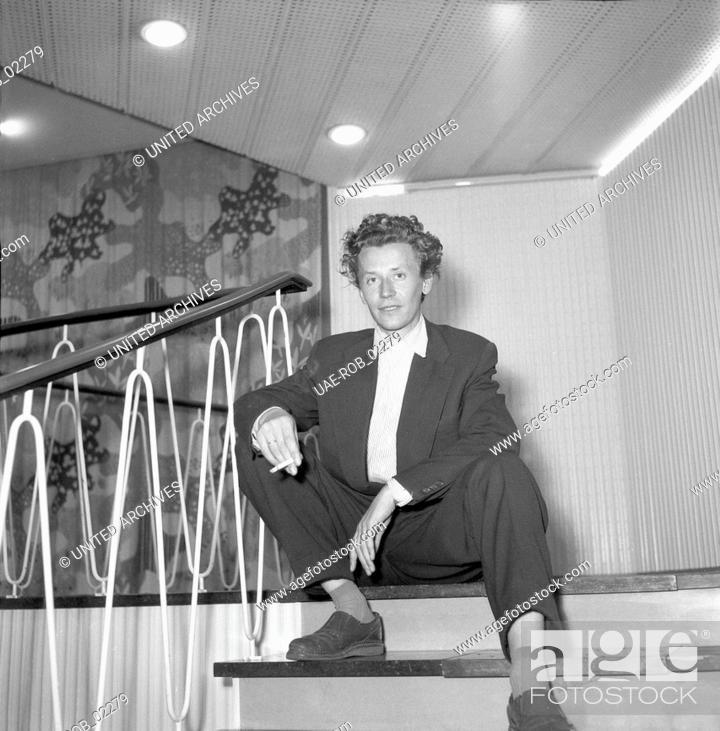 Imagen: Ein junger Mann mit Zigarette im Treppenhaus des NDR Funkhauses in Hamburg, Deutschland 1950er Jahre. A young man with a cigarette in the staircase of German TV.