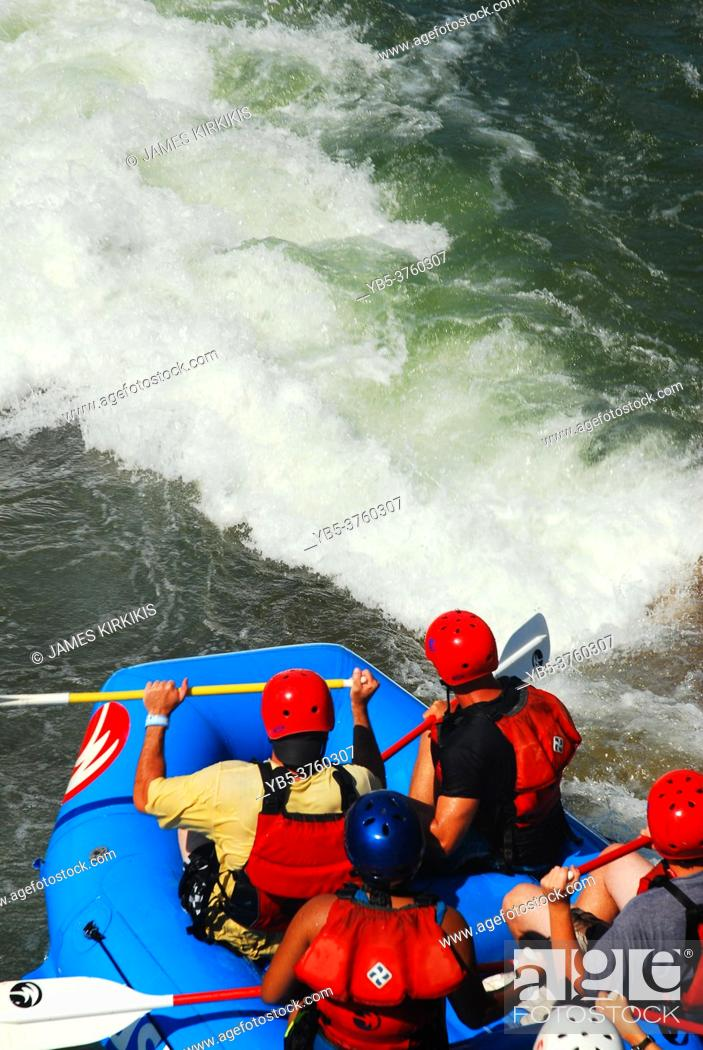 Imagen: A group of adventurers get ready to descend into the rapids.