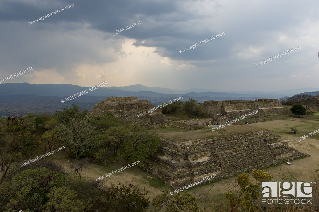 Imagen: View of the Grand Plaza towards the Gallery of los Danzantes (dancers) from the South Platform of Monte Alban (UNESCO World Heritage Site).