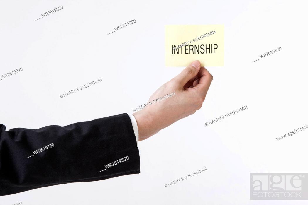 Imagen: Hand showing the word of INTERNSHIP.