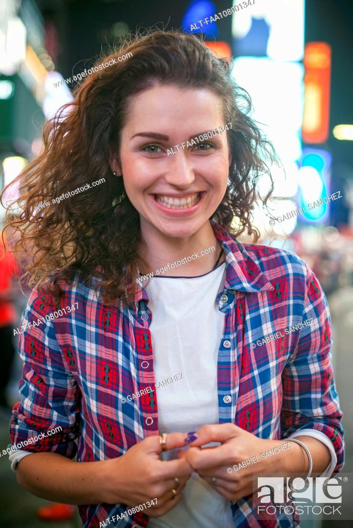 Imagen: Young woman in Times Square, New York City, New York, USA.