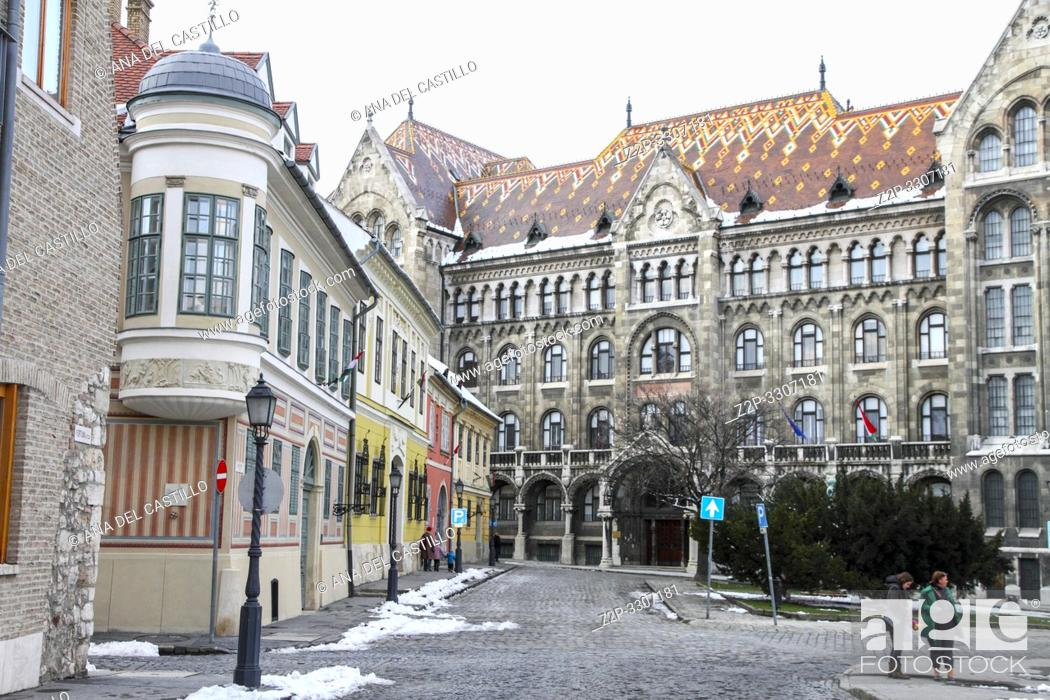 Imagen: Fortuna street in Castle District, Budapest, leading to the National Archives of Hungary.