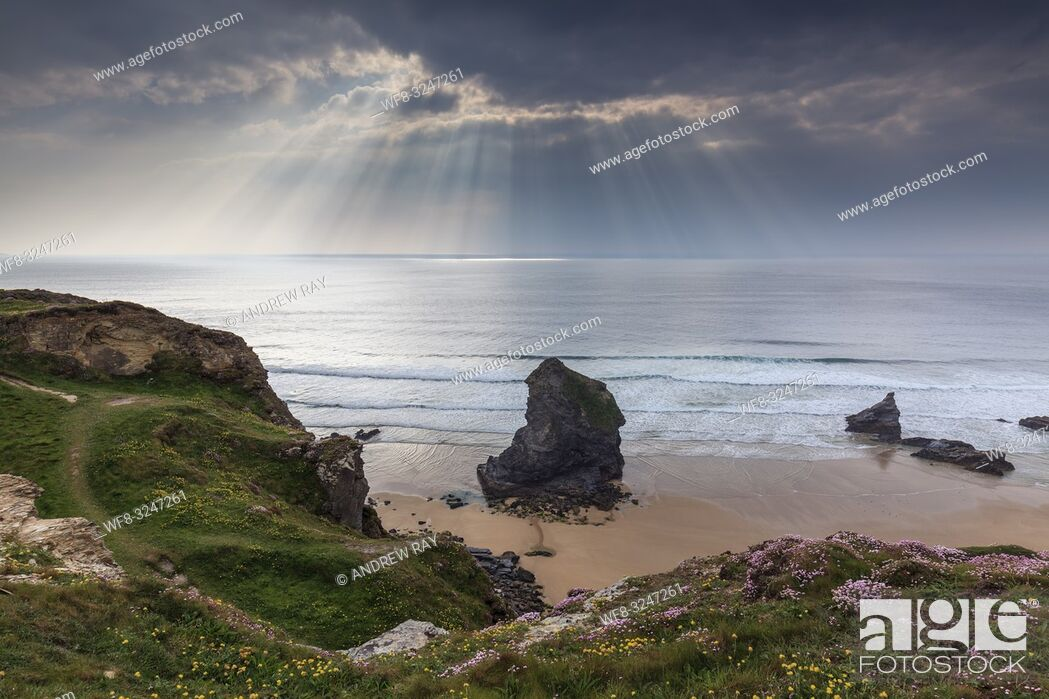 Imagen: A sea stack at the Bedruthan Steps on the North coast of Cornwall, captured an a stormy evening in early May with shafts of sunlight in the distance.