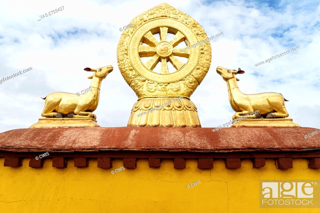 Imagen: Lhasa, Tibet - the view of the Golden Roof of Jokhang Temple, the holy temple in Lhasa in the daytime.
