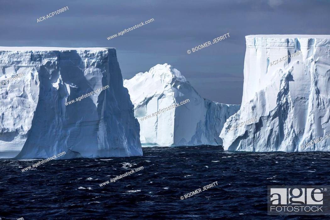 Imagen: Large tabular icebergs slowly float by on the wind swept waters of Antarctic Sound, Antarctic Peninsula.