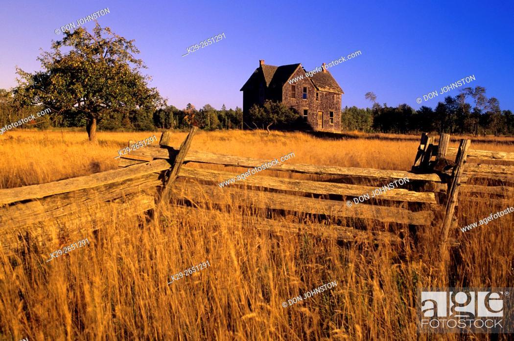 Photo de stock: Cedar split-rail fence with abandoned house and autumn grasses, near Gore Bay, Ontario, Canada.