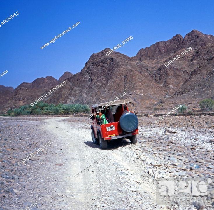 Imagen: Ein Wüstenausflug in Schardscha, Vereinigte Arabische Emirate 1970er Jahre. A desert safari in Sharjah, United Arab Emirates 1970s.