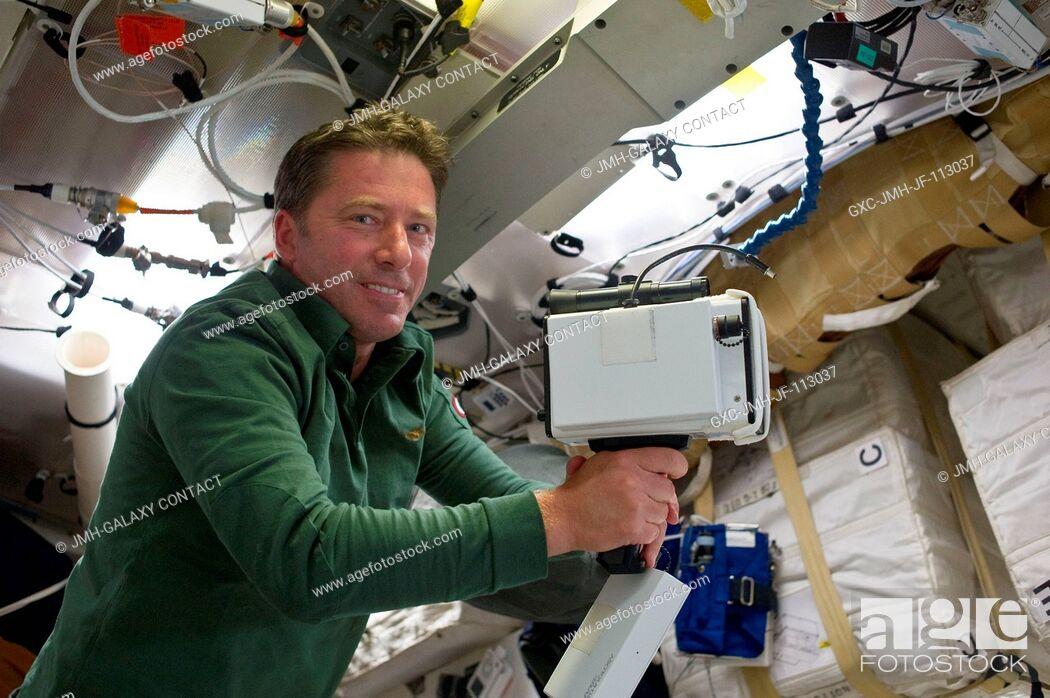 Imagen: On Endeavour's middeck, European Space Agency astronaut Roberto Vittori, STS-134 mission specialist, unpacks the laser range finder.