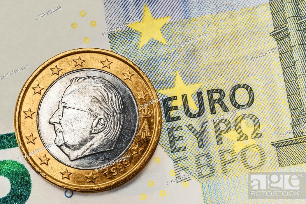 Eine 1 Euro Muenze Von Belgien Liegt Auf Einer 5 Euro Banknote A 1