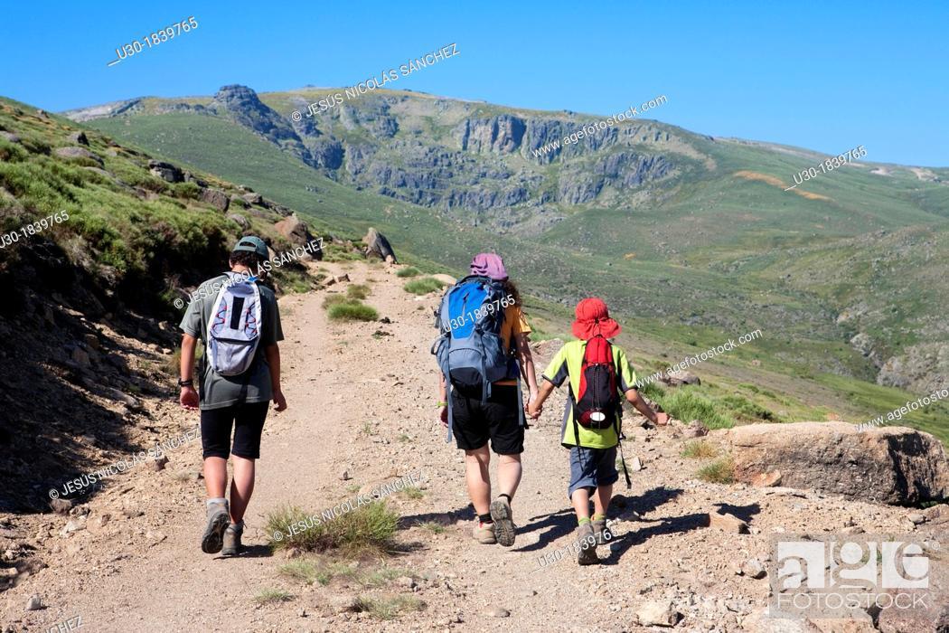 Imagen: Hikers walking to Peña Negra cirque in Sierra de Béjar Natural Park  Becedas  Ávila province  Castilla y León  Spain.