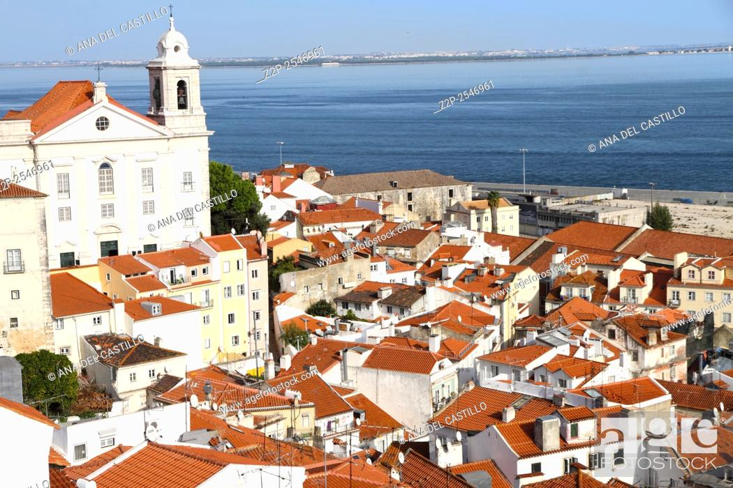 Imagen: Panoramic of Alfama rooftops, one of the most popular neighborhoods of Lisbon, Portugal.