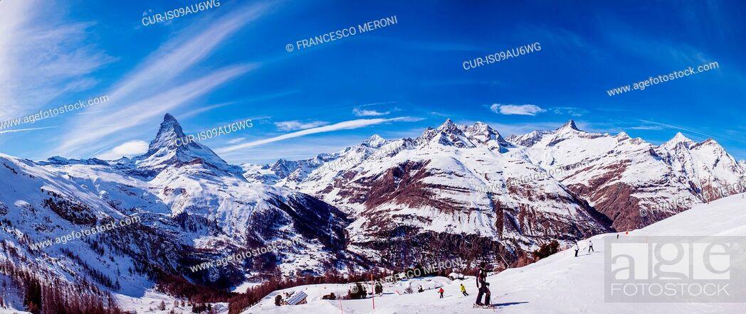 Imagen: Panoramic view of ski slopes and skiers, Zermatt, Switzerland.