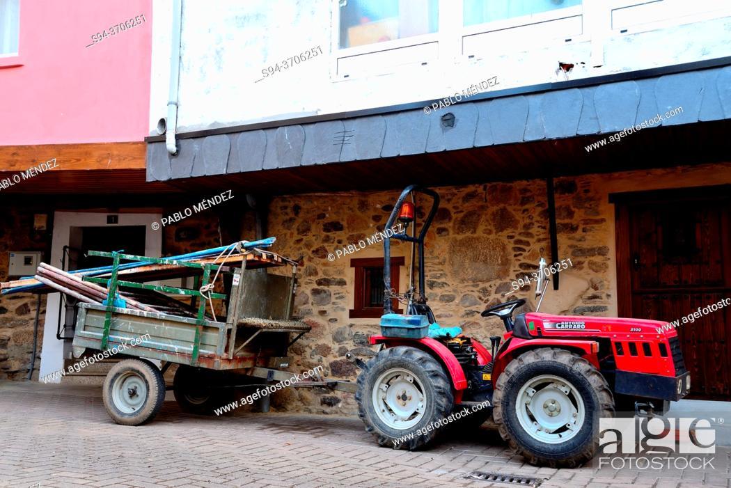 Imagen: Tractor in a pedestrian street of Petin, Orense, Spain.
