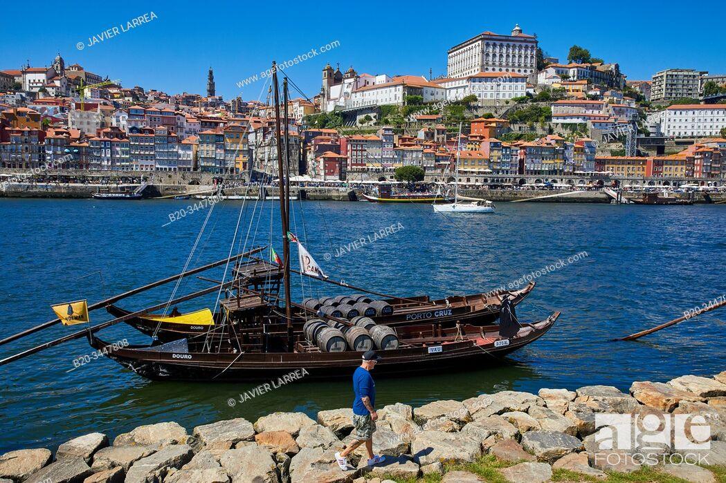Imagen: Traditional Portuguese wooden cargo boats transporting port wine, Rio Douro river, Vila Nova de Gaia, Ponte Dom Luis I bridge, Porto, Portugal.