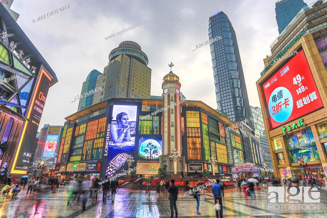 Imagen: China, Chongqin City, Jiefangbei district, Central Plaza , Times square, Liberatiom Monument.