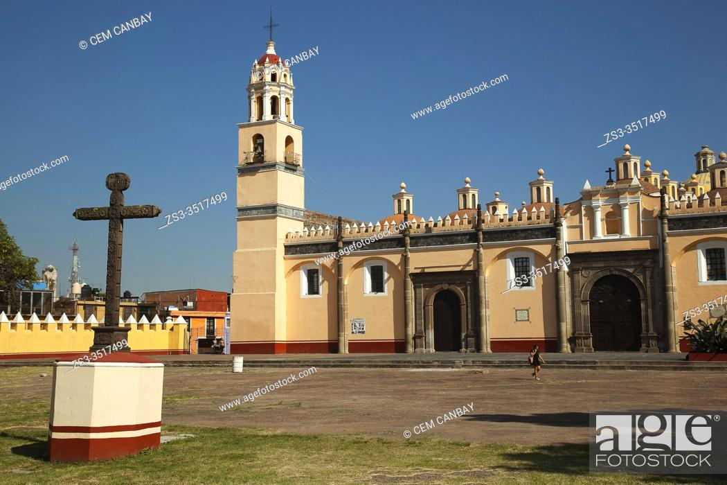 Imagen: Local woman walking in front of the Convento Franciscano De San Gabriel Arcangel in the city center, Cholula, Puebla State, Mexico, Central America.