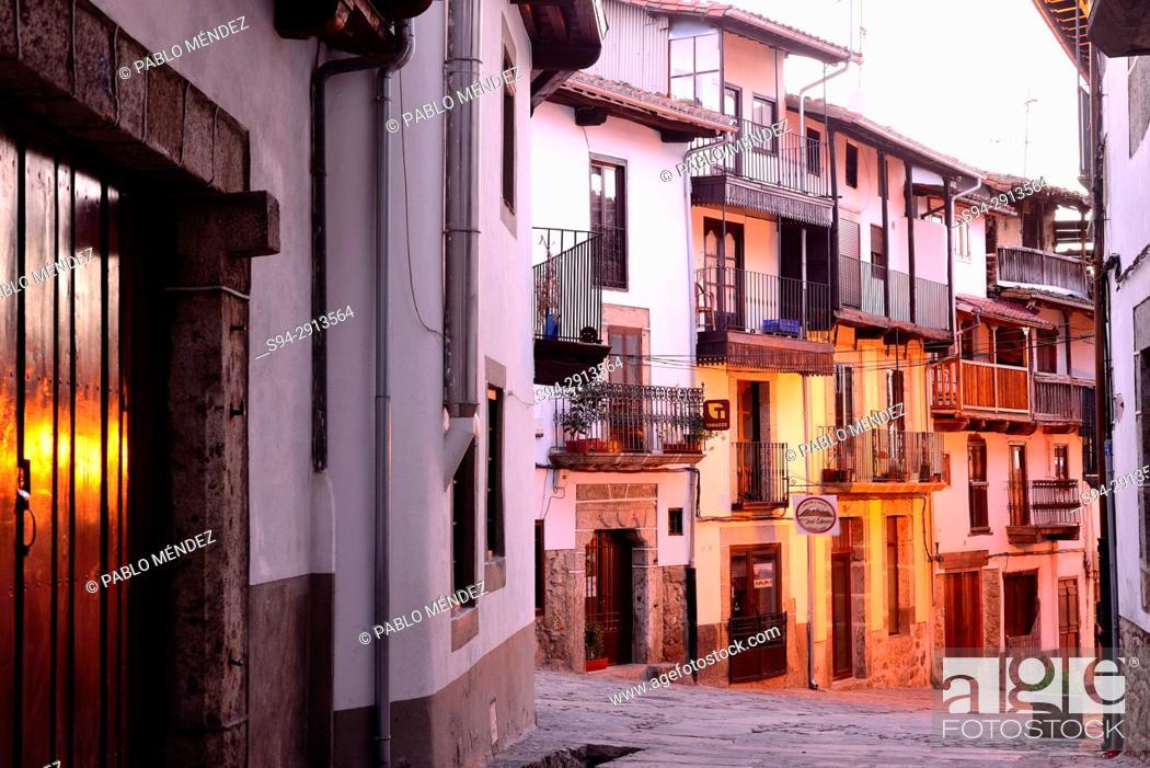 Imagen: Street of Candelario at nightfall, Salamanca, Spain.