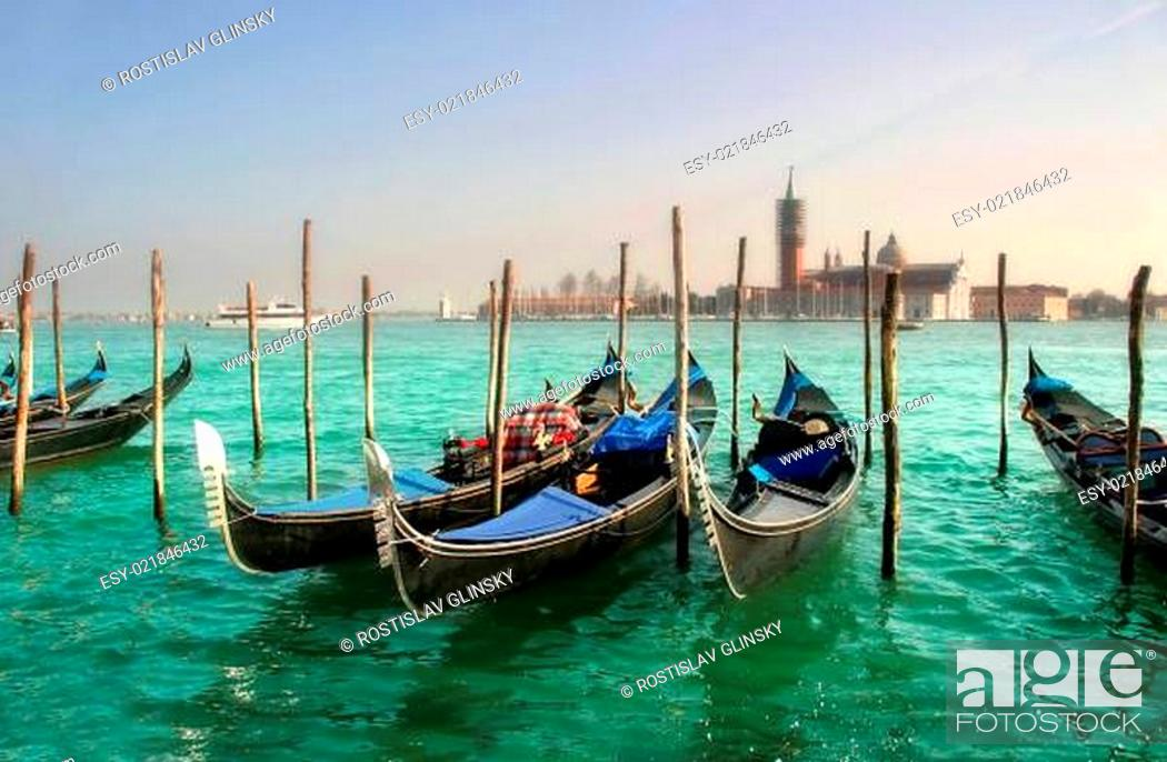 Imagen: Gondolas on Grand Canal against of San Giorgio Maggiore church in Venice.