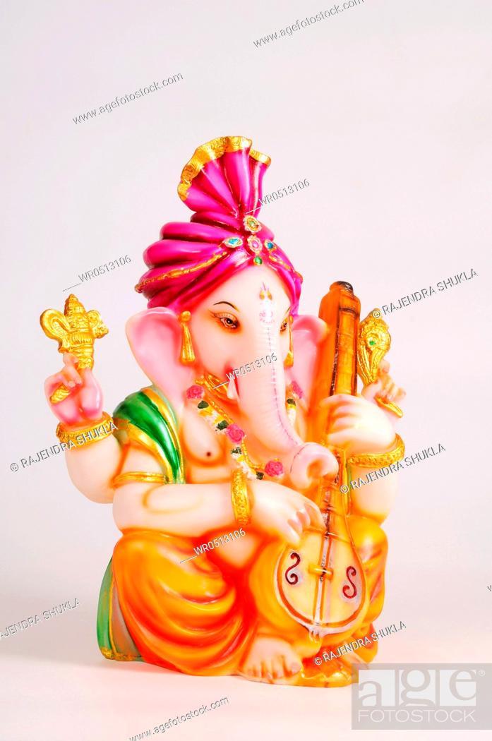 Imagen: Statue of lord ganesh playing veena , India.