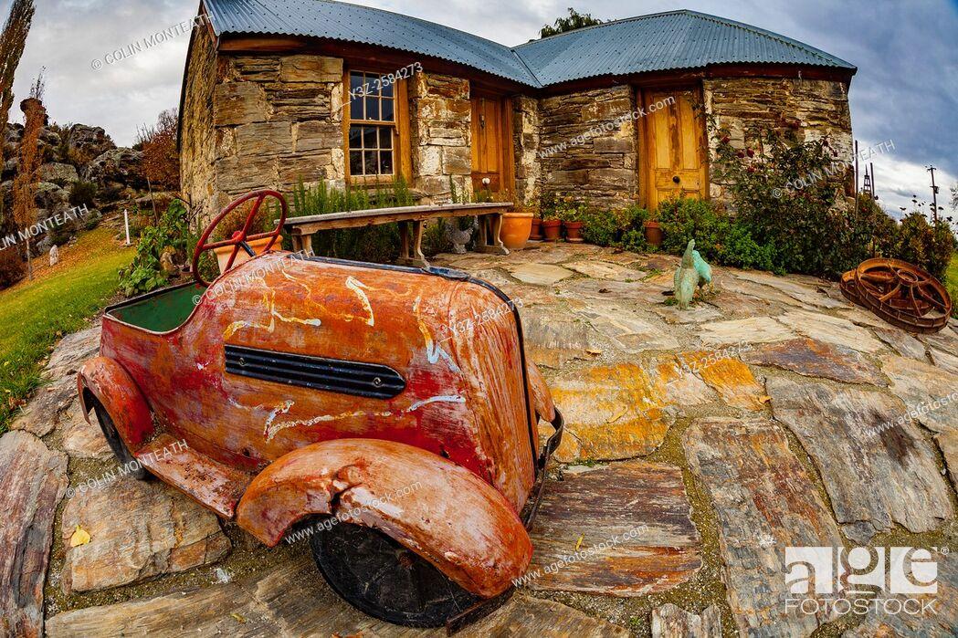 Imagen: Antique toy car outside farm house, Ophir, Otago, New Zealand.