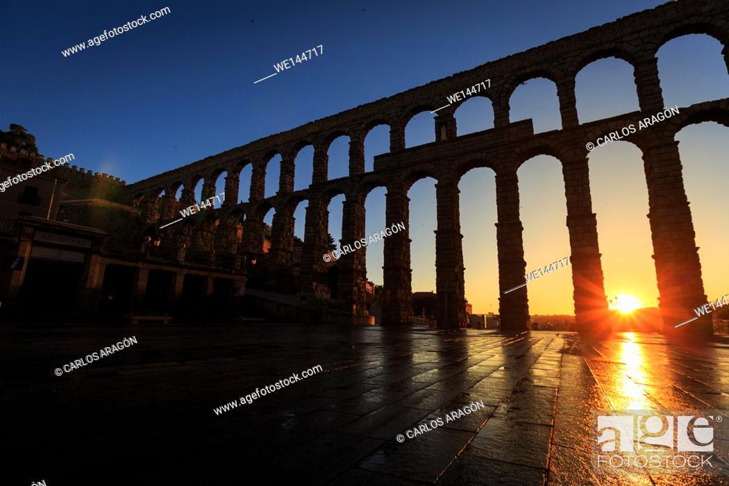 Photo de stock: Sunrise between the arches of the Aqueduct of Segovia, Segovia, Spain.