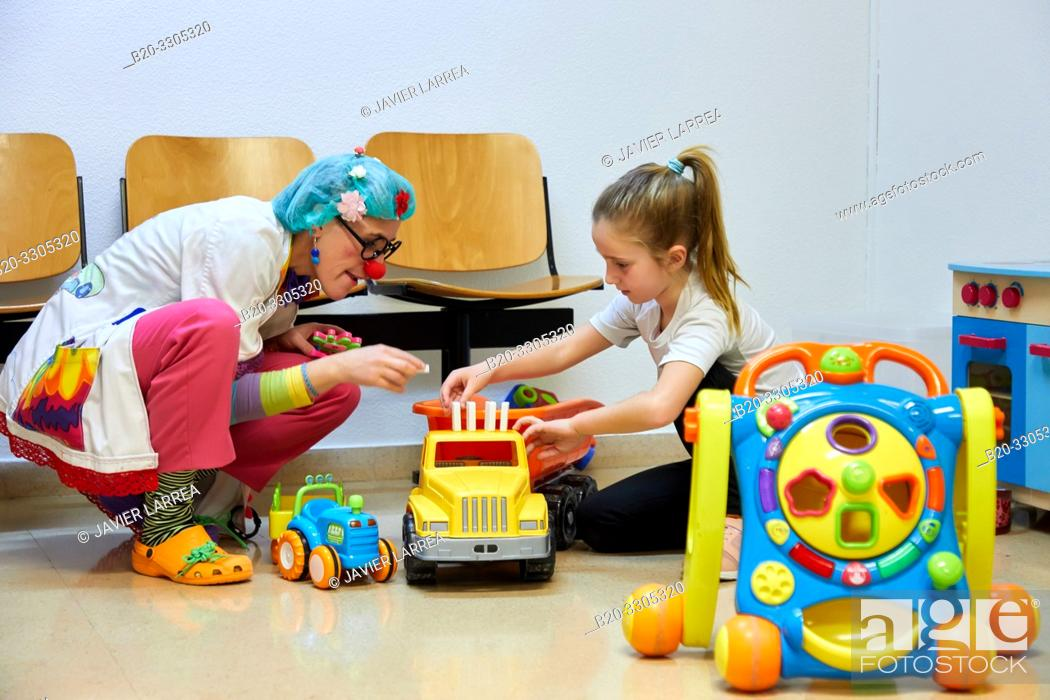 Imagen: Clown playing with a girl, Plant for hospitalization of children, Pediatrics, Medical care, Hospital Donostia, San Sebastian, Gipuzkoa, Basque Country, Spain.