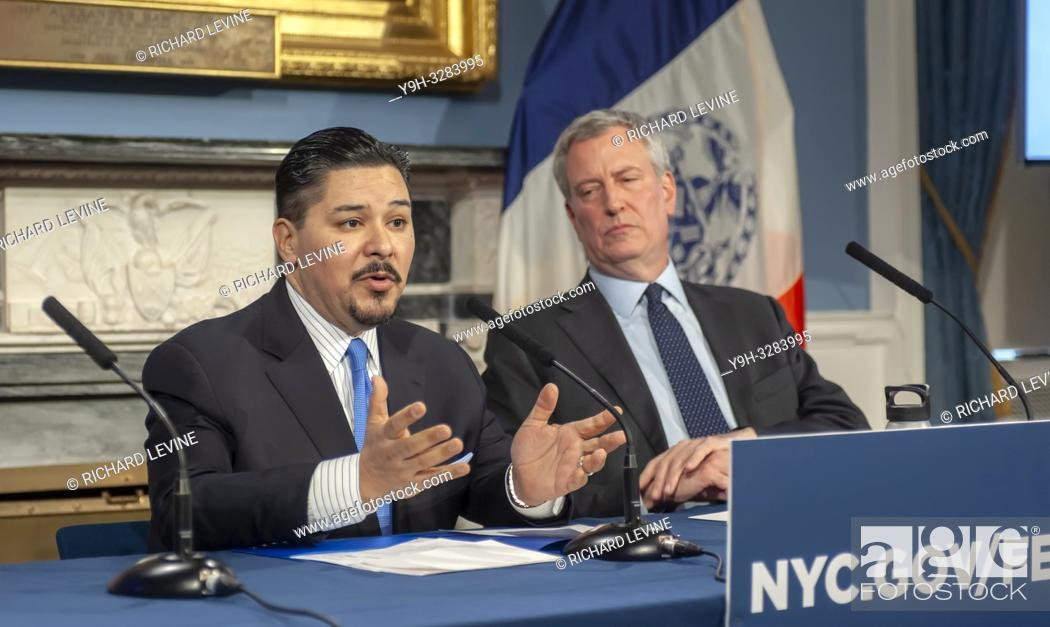 Imagen: New York Mayor Bill de Blasio, right, and Richard A. Carranza, Dept. of Education Schools Chancellor at a press conference in the Blue Room in New York City.