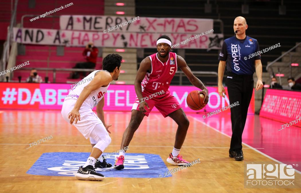 Imagen: Bonn, Germany, 27. 12. 2020, Telekom Dome, Basketball Bundesliga, Telekom Baskets Bonn vs BG Goettingen: Jorge Gutierrez (Goettingen) und Josh Hagins (Bonn).