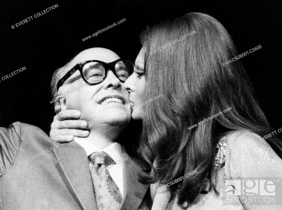 Imagen: Sophia Loren gives her husband, film producer Carlo Ponti, a kiss at press conference. They were in New York to promote Sophia Loren's film SUNFLOWER, Sept.
