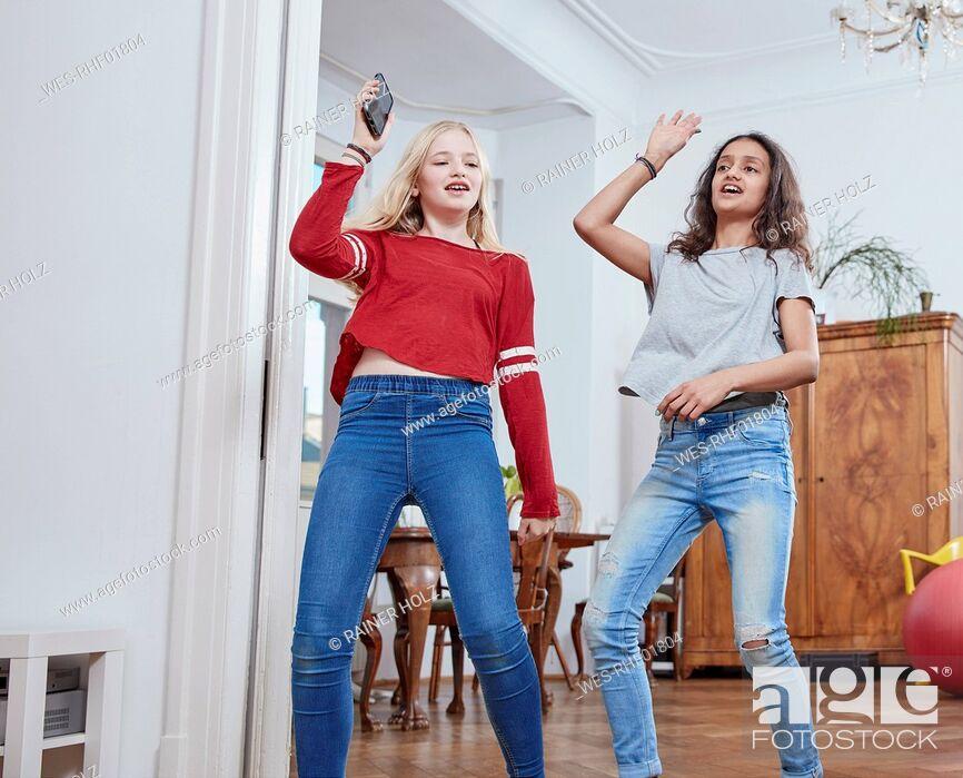 Imagen: Two girls dancing at home.