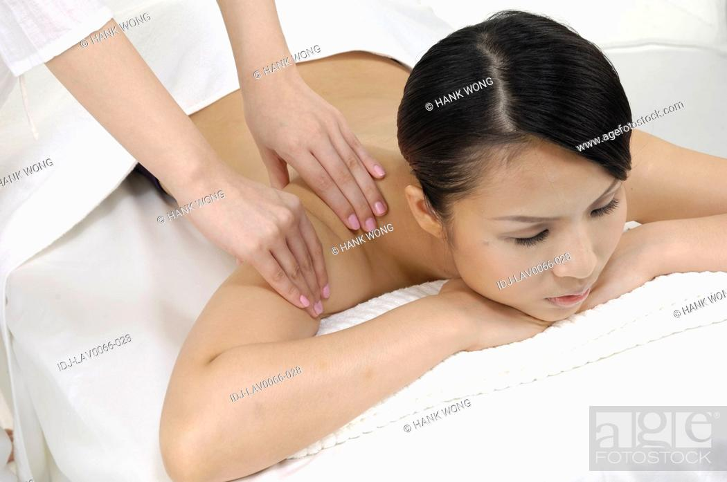 Imagen: Close-up of a woman getting back massage.