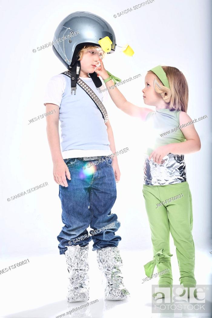 Imagen: Girl dressed up as alien getting in contact with boy dressed up as spaceman.
