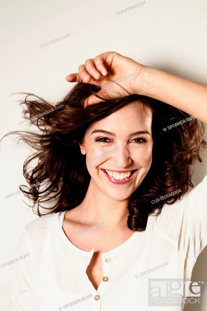 Imagen: Portrait of brunette woman with long wavy hair.
