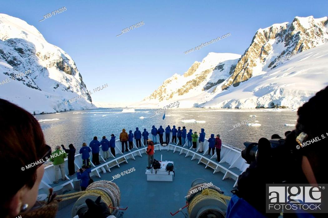 Imagen: The Lindblad Expedition ship National Geographic Explorer transits Lemaire Channel in late evening light on the west side of the Antarctic peninsula in.