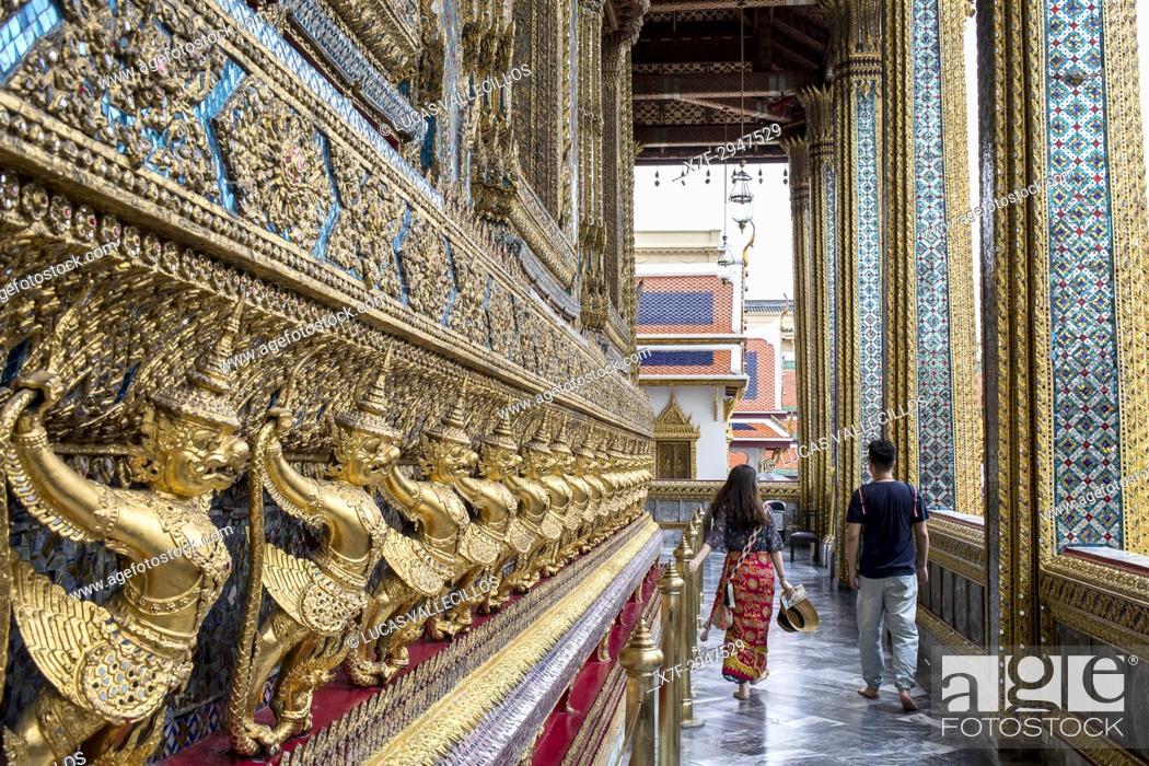 Imagen: Tourists, at Emerald Buddha Wat Phra Kaeo temple, Grand Palace, Bangkok, Thailand.