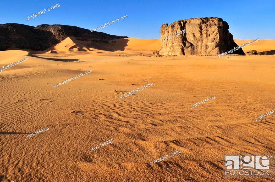 Imagen: rock formation in the dunes of Moul N'Aga, Tadrart, Tassili n' Ajjer National Park, Unesco World Heritage Site, Algeria, Sahara, North Africa.
