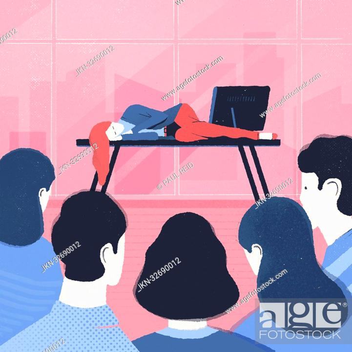 Imagen: Colleagues looking at woman lying asleep on desk in office.