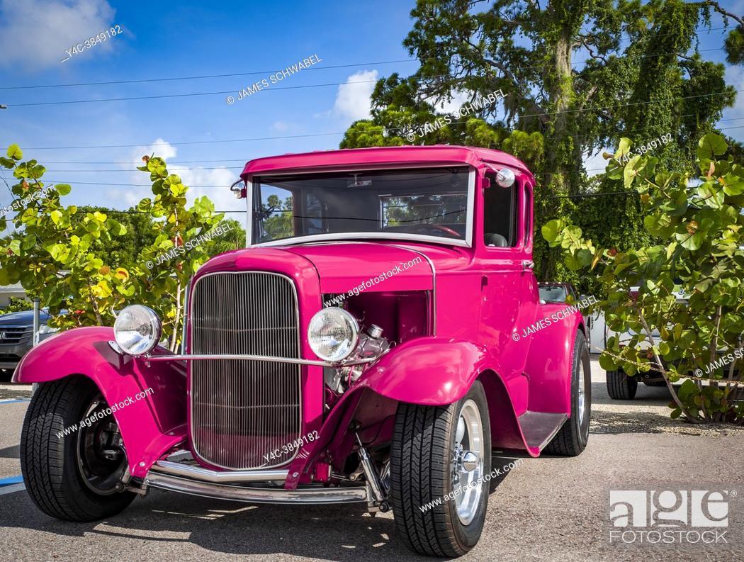 Imagen: American custom hot rod cars at the Cruisin' on Dearborn Street car show in Englewood Florida USA.