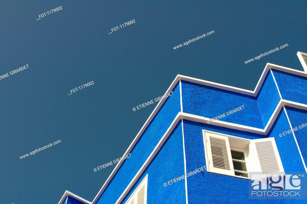 Stock Photo: Zigzag pattern of outline of house against clear sky.