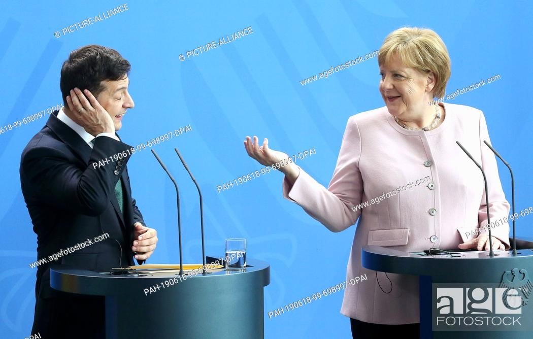 Imagen: 18 June 2019, Berlin: Federal Chancellor Angela Merkel (CDU) and Volodymyr Selensky, President of Ukraine, answer questions from journalists at the Federal.