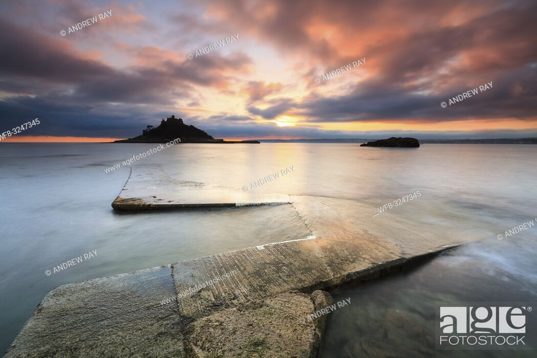 Imagen: The slipway at Marazion which is used at high tide to ferry visitors back and forth to St Michaels' Mount.