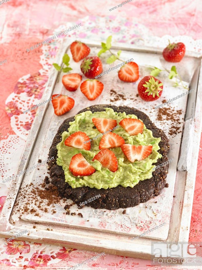 Photo de stock: pastel de chocolate con fresas / chocolate cake with strawberries.