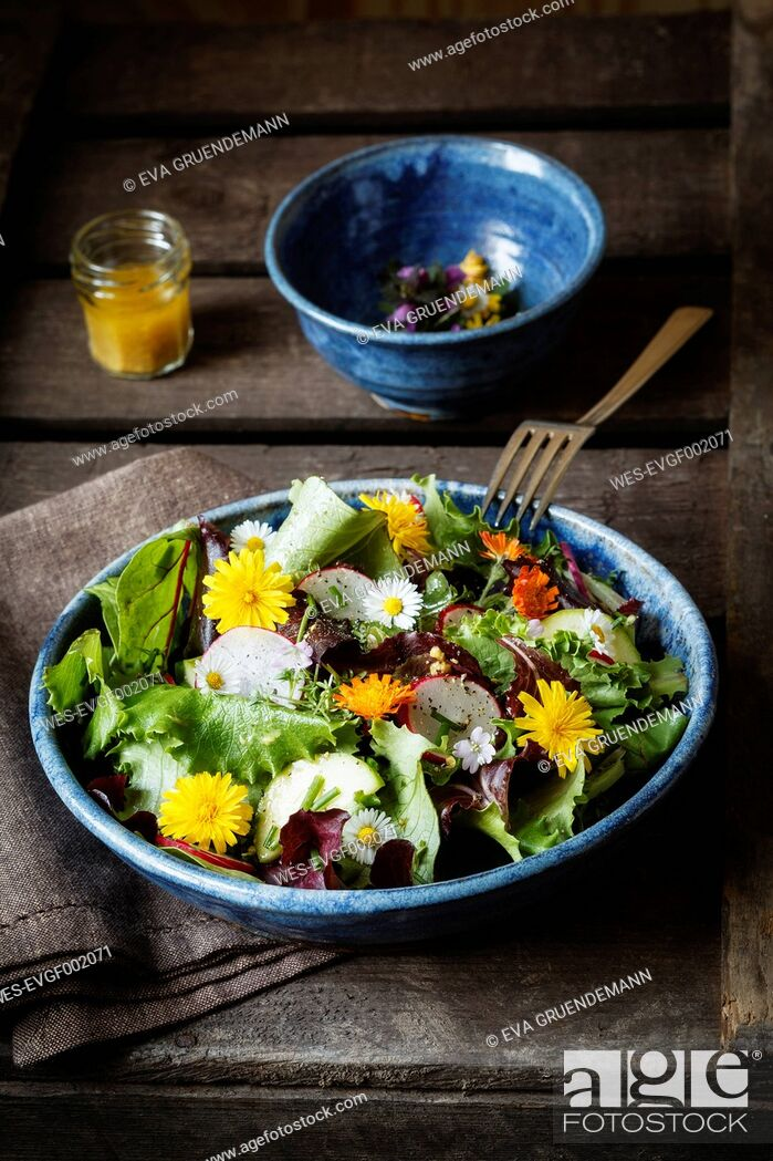 Stock Photo: Bowl of mixed salad with edible flowers.