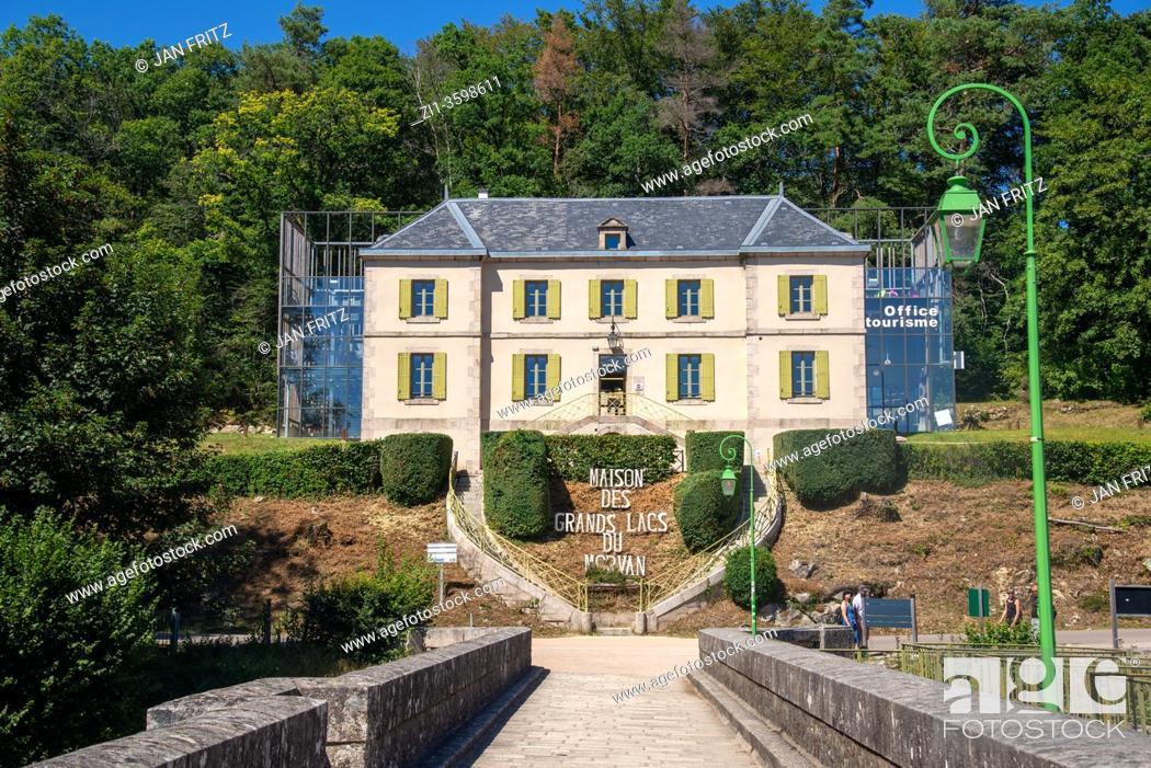 Imagen: maison de grands lacs du morvan at Lac de Settons in Morvan, France.