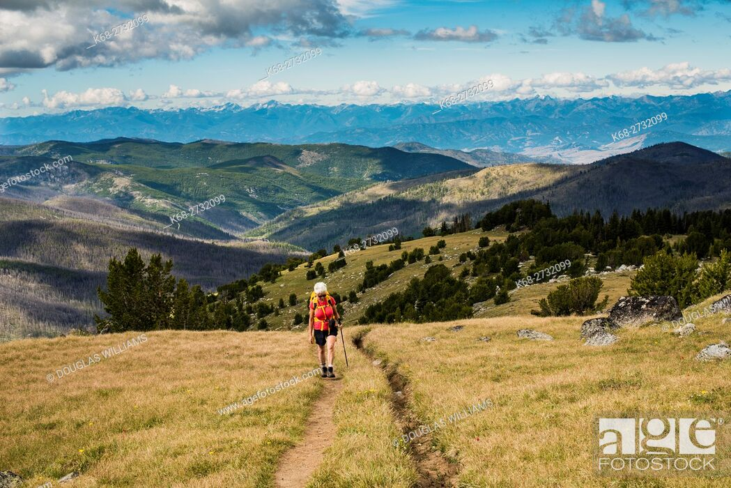 Photo de stock: A woman, 69, hikes in the Cascade mountains of Washington state, USA.