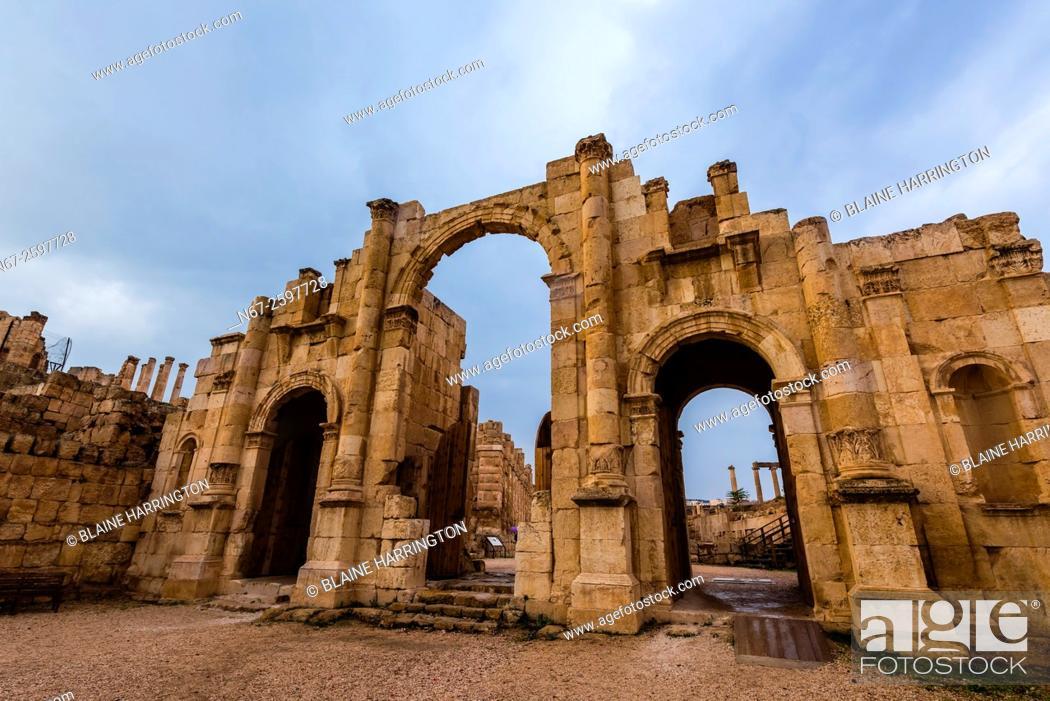 Imagen: City walls and South Gate, Greco-Roman ruins, Jerash, Jordan.