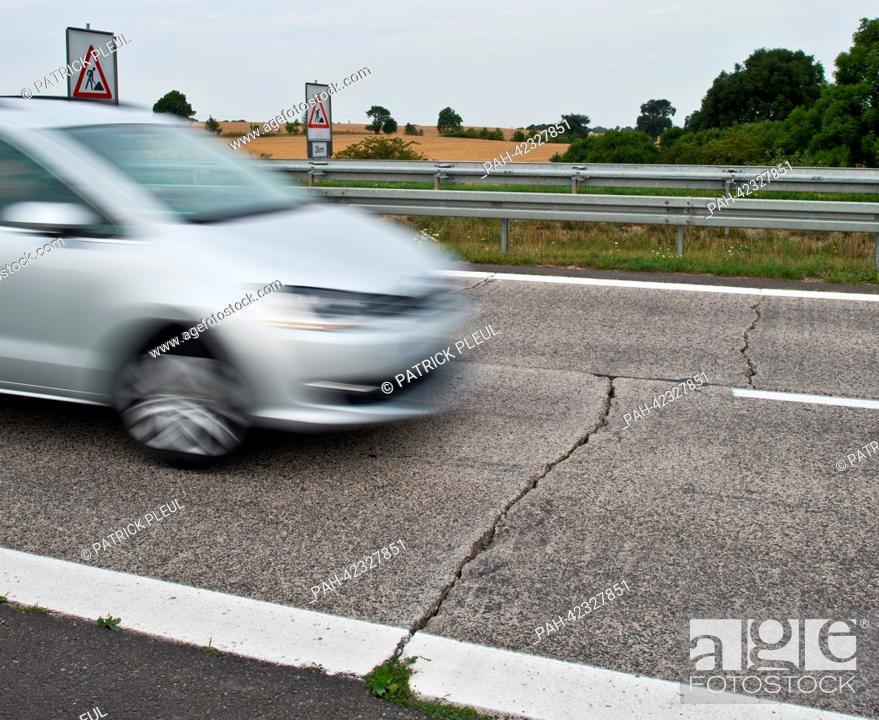 Imagen: Large cracks tear through the concrete surface of Autobahn 11 heading towards the German-Polish border near Wollin,Germany, 22 August 2013.